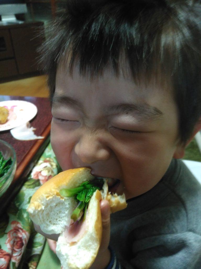 野菜を食べるこども